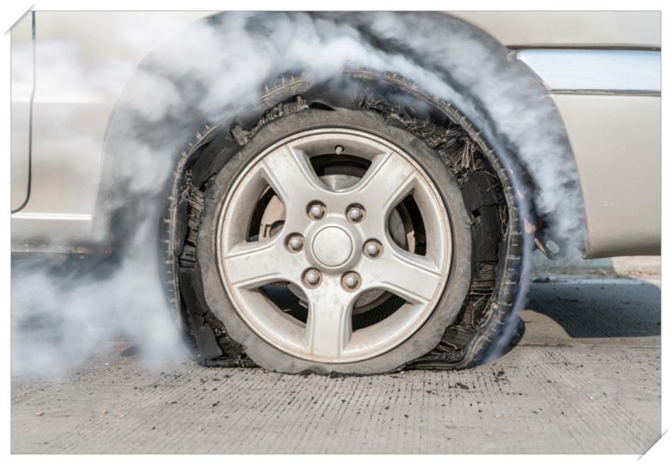 高速でタイヤがバースト!替えのAB最安値ピレリはどんなタイヤ?